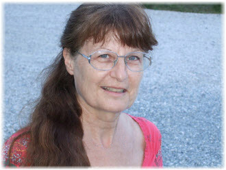 Professeur agréée de Danse Contemporaine (Diplôme d'Etat – France). Professeur agréée de la Fédération Européenne de Danse Libre (Ecole F. Malkovsky).